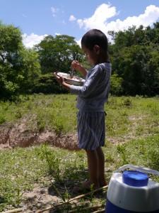 川に釣りをしに行く(餌を練る)