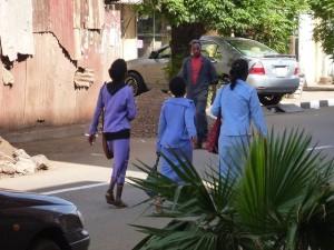 制服を着て歩く生徒たち