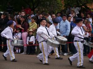 独立記念日パレード ドラムを叩きながら行進する子ども達