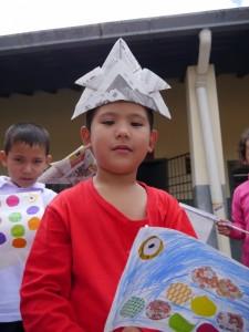 紙のかぶとをかぶった子ども