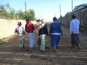 エチオピアの県庁勤務者の服装(女性のグループ)
