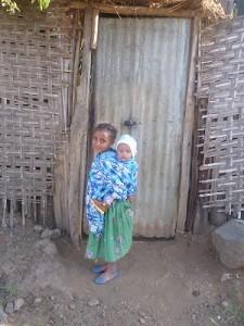 お手伝いの女の子とその家の赤ん坊