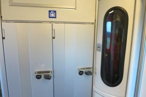 スーツケースを入れて鍵がかかるようになっているロッカー the sign of locker which accommodates suitcase with lock
