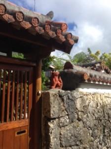 沖縄-民家とシーサー