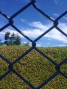 沖縄-フェンスの向こう