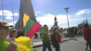 リトアニア国歌を歌うために集まったリトアニア人。在アイスランドリトアニア人のコミュニティの写真。