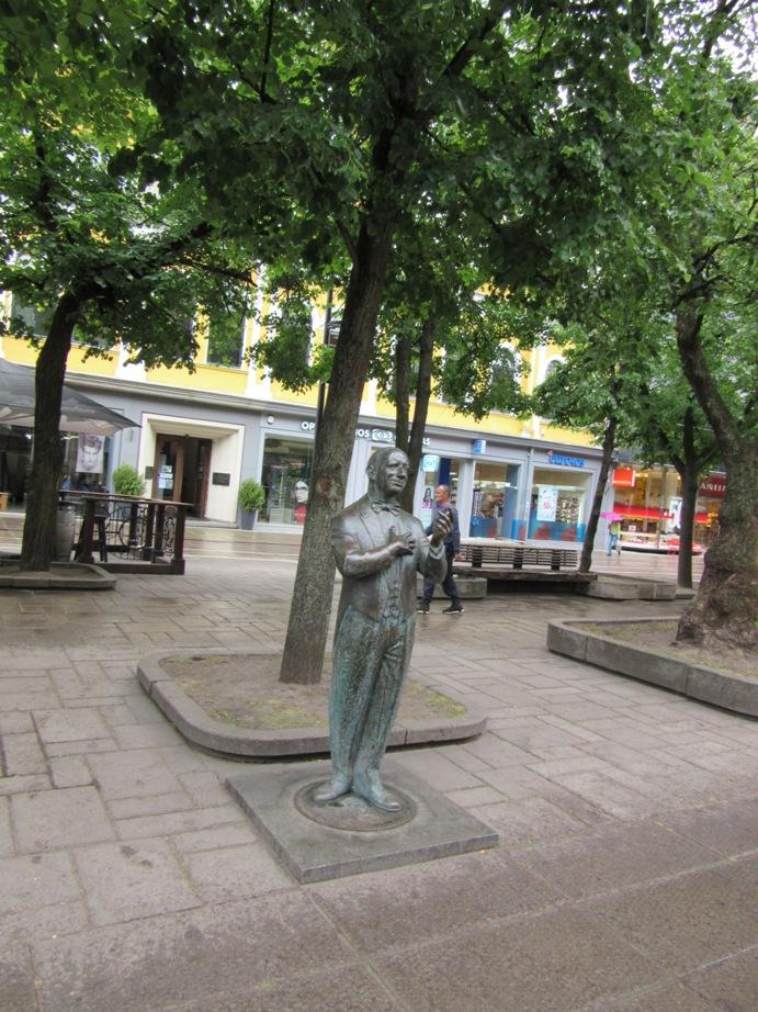 カウナスの目抜き通りにあるドルスキス歌手のための記念碑。
