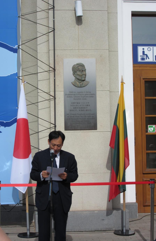 カウナス駅のプレートの前の在リトアニア日本国大使のスピーチ・
